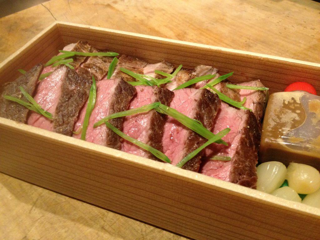 特盛ステーキ重 ~ステーキと特製胡麻醤 油のお弁当~ 1,600円(税込)  福岡、西中洲のお持帰り、テイクアウト